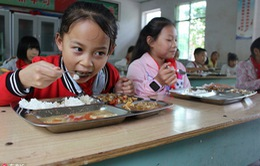 Trung Quốc yêu cầu Ban giám hiệu nhà trường cùng ăn với học sinh