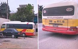 """Tạm giữ xe bus """"dù"""" có tài xế và phụ xe đánh dập mũi nữ hành khách"""
