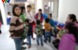 Thêm hàng trăm phụ huynh đội mưa rét đưa con lên Hà Nội xét nghiệm sán lợn