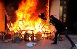 Biểu tình tại Paris biến thành bạo loạn trong tuần thứ 18