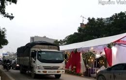 Rạp cưới dựng giữa đường quốc lộ, ngàn xe vun vút lao qua