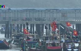 Cảnh sát biển hỗ trợ ngư dân bám biển