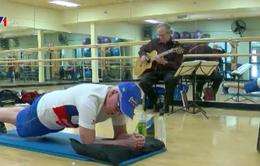 Cụ ông 71 tuổi lập kỷ lục Guiness khi giữ tư thế plank