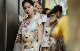 Dàn người mẫu gây chú ý khi ôm gấu bông trình diễn BST mới của Cao Minh Tiến