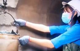 """""""Thách thức để thay đổi"""": Làm công nhân vớt rác dưới lòng cống"""