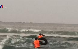 Cứu sống 4 học sinh đi tắm biển bị sóng cuốn
