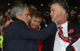 """Bị chê cơ hội, HLV Van Gaal """"phản pháo"""" Mourinho"""