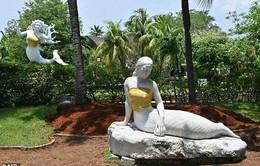 """Công viên """"mặc áo"""" cho tượng nàng tiên cá ngực trần"""