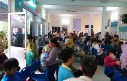 Người dân Đà Nẵng chen lấn tiêm vaccine cho con