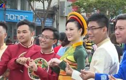 Người dân diễu hành trong trang phục áo dài