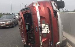 Lật xe trên cao tốc Hải Phòng - Hạ Long, 3 người bị thương