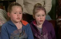 Hai chị em được cứu sống sau 44 tiếng đi lạc nhờ vứt vỏ kẹo trên đường