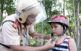 Bến Tre: Tặng mũ bảo hiểm kết hợp tuyên truyền giao thông cho người dân