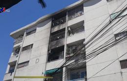 Cháy chung cư, hàng chục người ôm tài sản tháo chạy