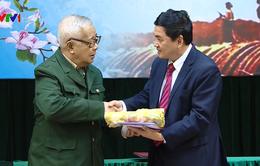 Tặng hiện vật liên quan đến chiến thắng Điện Biên Phủ