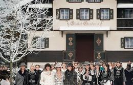 Nhà mốt Chanel tái hiện ngôi làng mùa đông trên sàn diễn thời trang