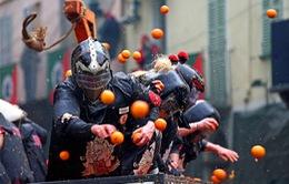 Những hình ảnh sôi động tại lễ hội ném cam ở Italy