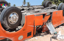Xe chở du khách nước ngoài lao xuống vực sâu ở Bình Thuận