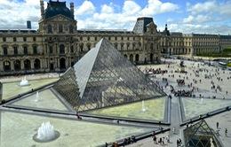 """Kim tự tháp kính ở bảo tàng Louvre """"khoác"""" áo mới mừng sinh nhật 30 tuổi"""