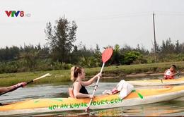 Hàng trăm du khách thuê thuyền Kayak vớt rác trên sông Thu Bồn