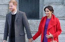 """Em bé Hoàng gia Anh và """"cơn đau đầu"""" về thuế thu nhập"""
