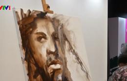 Họa sĩ khiếm thính người Zambia vẽ tranh sơn dầu chỉ trong 7 phút