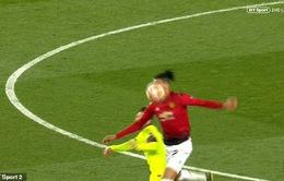 """Xem lại cảnh Messi bị đấm """"không trượt phát nào"""" trận gặp Man Utd"""