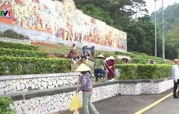 Hàng trăm người tham gia làm sạch khu di tích đền Hùng