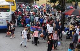 Kết thúc nghỉ lễ Giỗ Tổ Hùng Vương, người dân nườm nượp trở lại Hà Nội