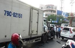 Xe tải đâm nhiều xe dừng đèn đỏ tại Quảng Bình, 2 người bị thương nặng