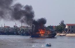 Cháy tàu câu mực tại Nghệ An