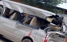 Ô tô 16 chỗ va chạm xe tải đang vào cua, 4 người thương vong