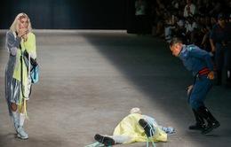 Người mẫu 26 tuổi tử vong sau cú ngã trên sàn diễn thời trang