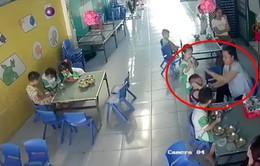 Long An: Xác minh làm rõ vụ bảo mẫu đánh liên tiếp bé trai lúc cho ăn