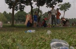 Xả rác nơi công cộng - Cần nâng cao ý thức của người dân