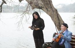 Nhạc sĩ Vũ Thành An đệm ghita hát cùng học trò Ngọc Châm bên Hồ Gươm