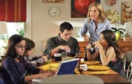 """Các thiết bị công nghệ và đồ chơi """"ngốn"""" thời gian ăn tối ở các gia đình Mỹ"""