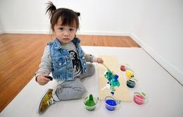 Bé gái 2 tuổi vẽ tranh bán được cả nghìn USD