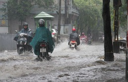 Mưa lớn, một số tuyến phố Hà Nội ngập sâu trong nước