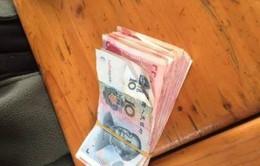 Khách Trung Quốc ném gần 35 triệu đồng tiền giấy vào chuồng cho hươu ăn