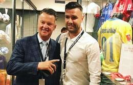 Cựu sao CLB Thanh Hóa tặng áo V.League cho bảo tàng ở Hà Lan