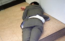 Doanh nhân Nhật Bản ngủ gật ở lề đường do làm việc quá sức