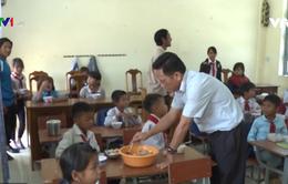 Thầy cô vùng cao góp thịt, trứng, mì tôm nuôi trò nghèo