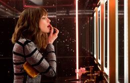 """""""Quý cô lừa đảo"""" sẽ khiến bạn bất ngờ về siêu phẩm """"hài banh nóc"""" của chị đại Anne Hathaway"""