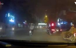 Tài xế ô tô mất kiểm soát, đâm vào một ô tô khác đang đỗ