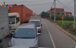"""Container """"dằn mặt"""" hàng loạt xe con và xe tải chạy ngược chiều"""