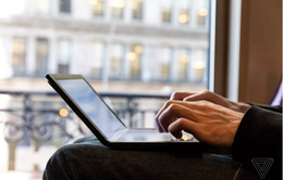 Choáng: Lenovo trình diễn chiếc laptop màn hình gập