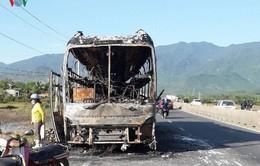 Xe giường nằm cháy trơ khung, hàng chục hành khách thoát nạn