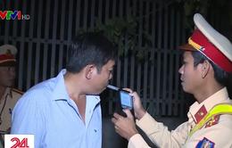 CSGT Hà Nội lập chốt sát quán nhậu để kiểm tra nồng độ cồn