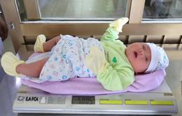 Vừa chào đời, bé trai đã có cân nặng tới 5kg